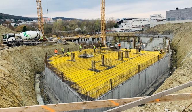 Stavebné práce pokračujú s prísnymi bezpečnostnými opatreniami